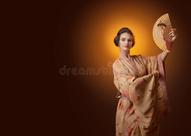 Jeune belle femme dans l'esprit japonais traditionnel de danse de kimono images libres de droits