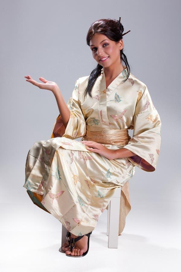 Jeune belle femme dans l'habillement national japonais photographie stock