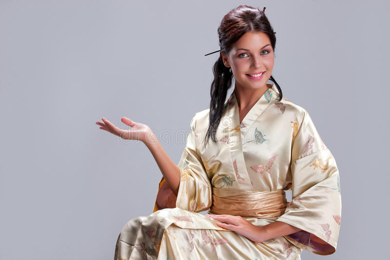 Jeune belle femme dans l'habillement national japonais photo libre de droits