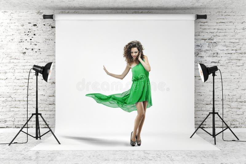 Jeune belle femme dans la robe verte photographie stock libre de droits