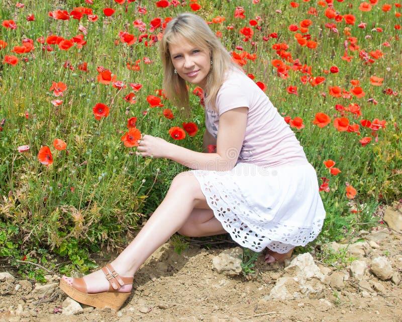 Jeune belle femme dans le domaine de pavot image libre de droits
