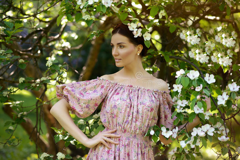 Jeune belle femme dans le jardin photographie stock