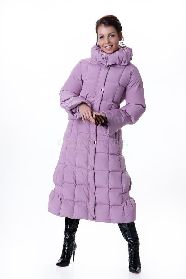 Jeune belle femme dans le manteau d'hiver photos libres de droits