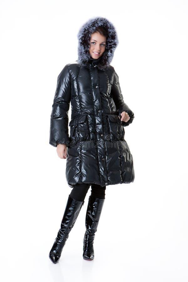 Jeune belle femme dans le manteau d'hiver photographie stock