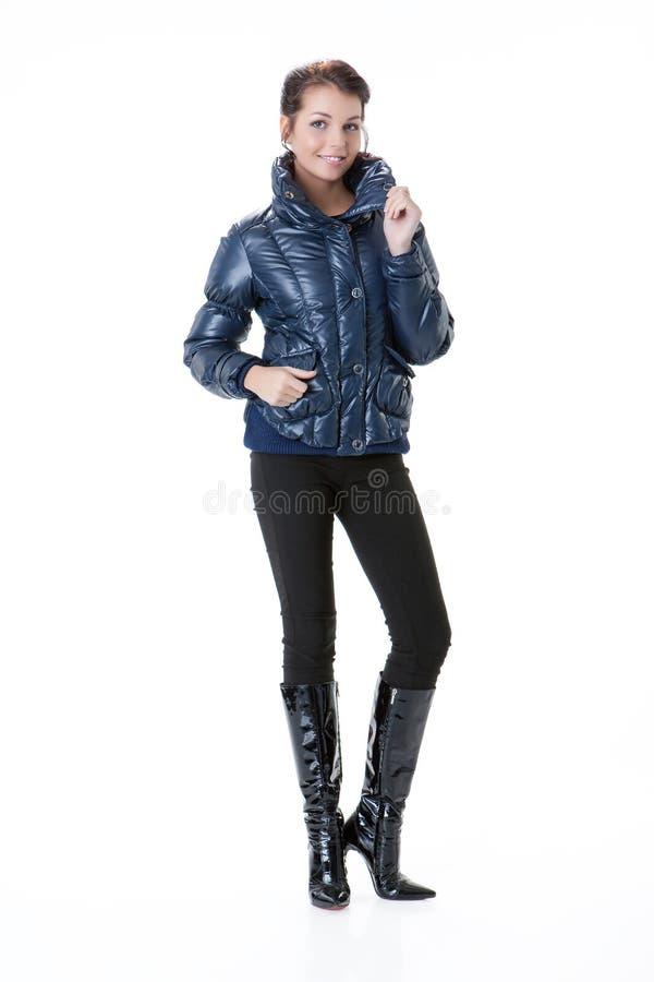 Jeune belle femme dans le manteau d'hiver images stock