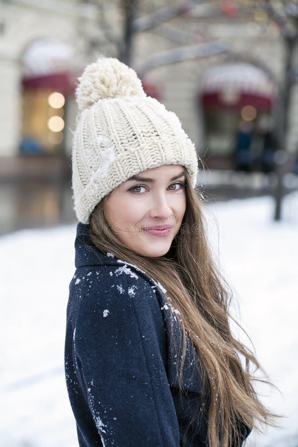 Jeune belle femme dans le manteau gris-foncé élégant de laine photo libre de droits