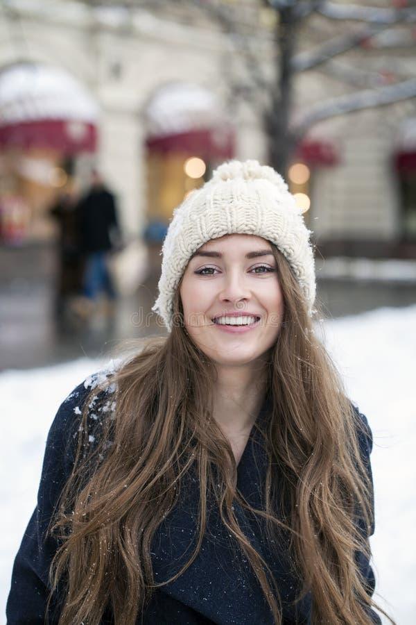 Jeune belle femme dans le manteau gris-foncé élégant de laine image stock