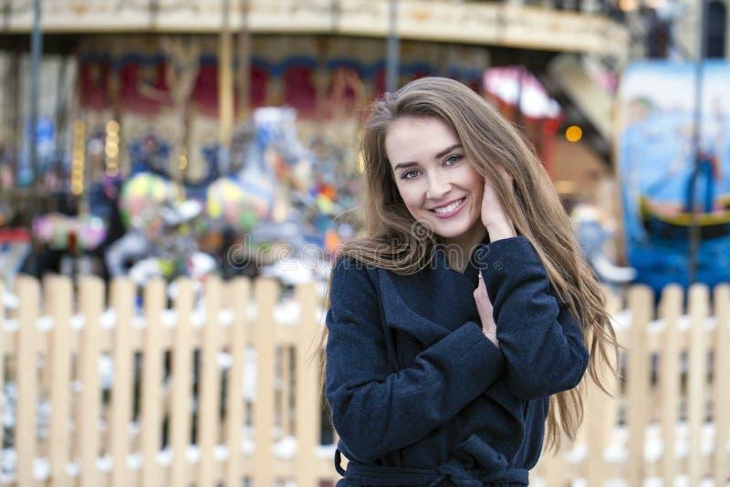Jeune belle femme dans le manteau gris-foncé élégant de laine photos libres de droits