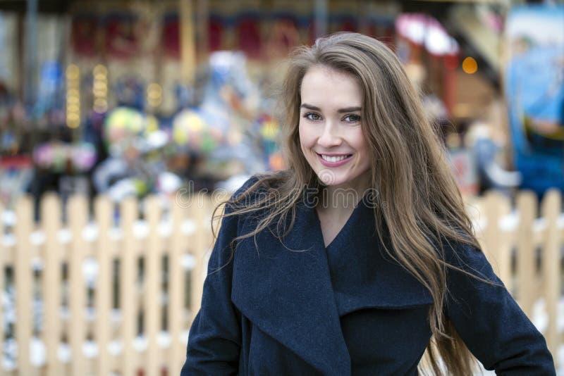 Jeune belle femme dans le manteau gris-foncé élégant de laine photos stock