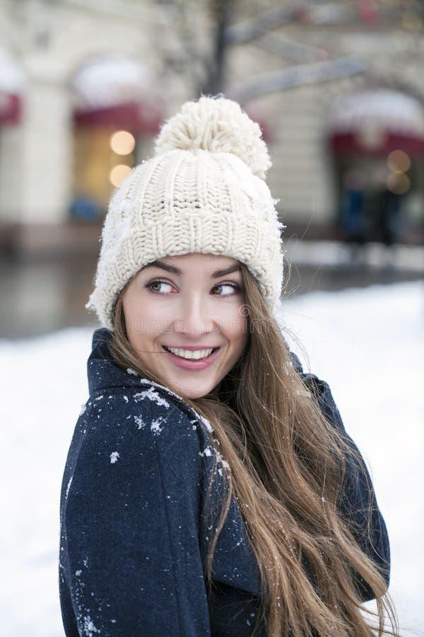 Jeune belle femme dans le manteau gris-foncé élégant de laine images libres de droits