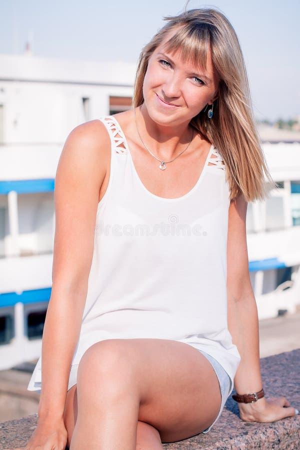 Jeune belle femme dans le port image stock