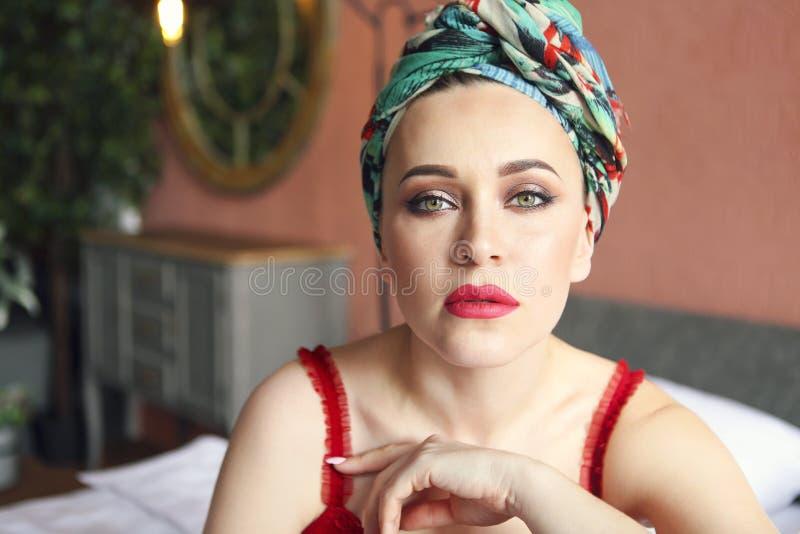 Jeune belle femme dans le turban photographie stock libre de droits