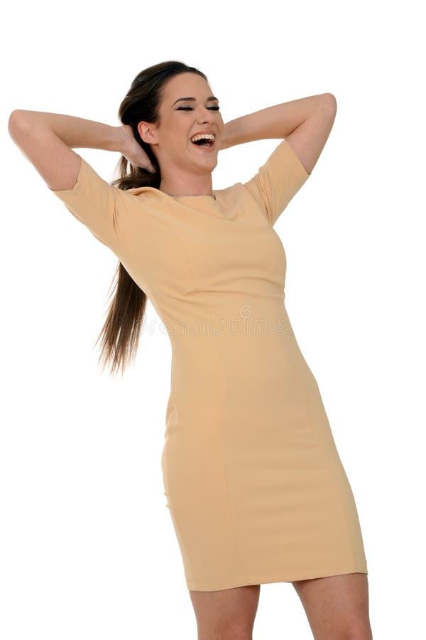 Jeune belle femme dans rire jaune de robe photos libres de droits