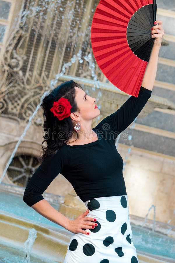 Jeune belle femme dans un costume de flamenco photos libres de droits