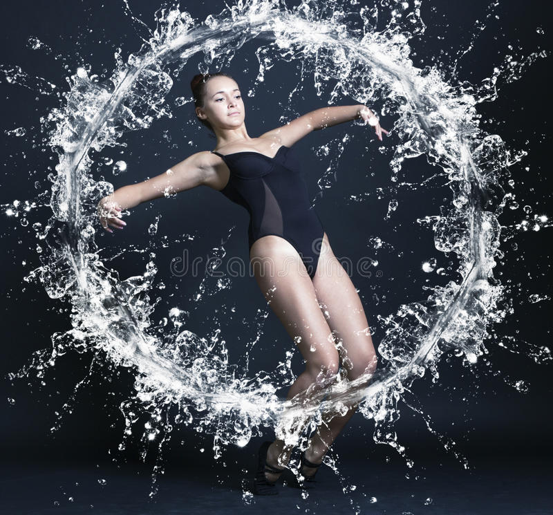 Jeune belle femme de gymnaste image stock