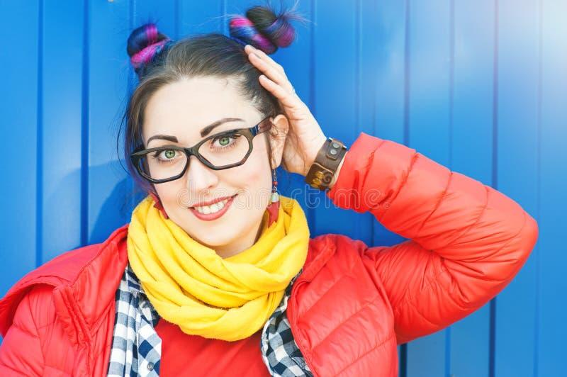 Jeune belle femme de hippie de mode avec les cheveux colorés photographie stock libre de droits