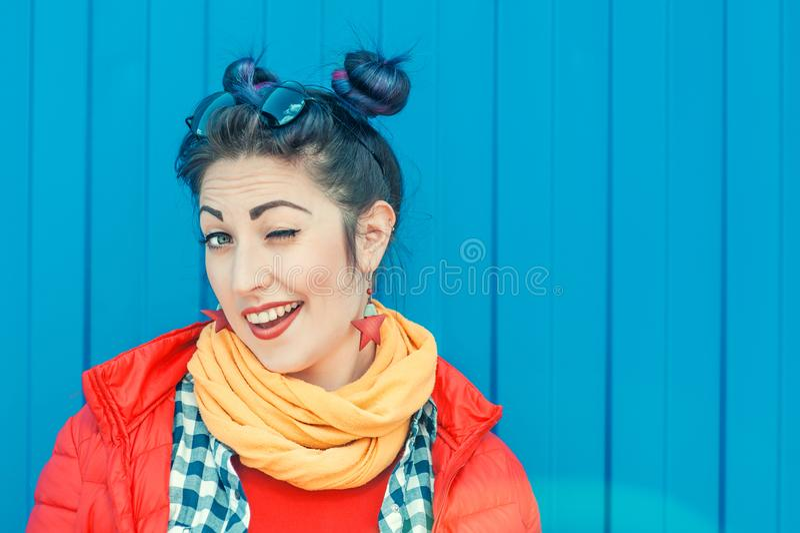 Jeune belle femme de hippie de mode avec cligner de l'oeil coloré de cheveux photos stock