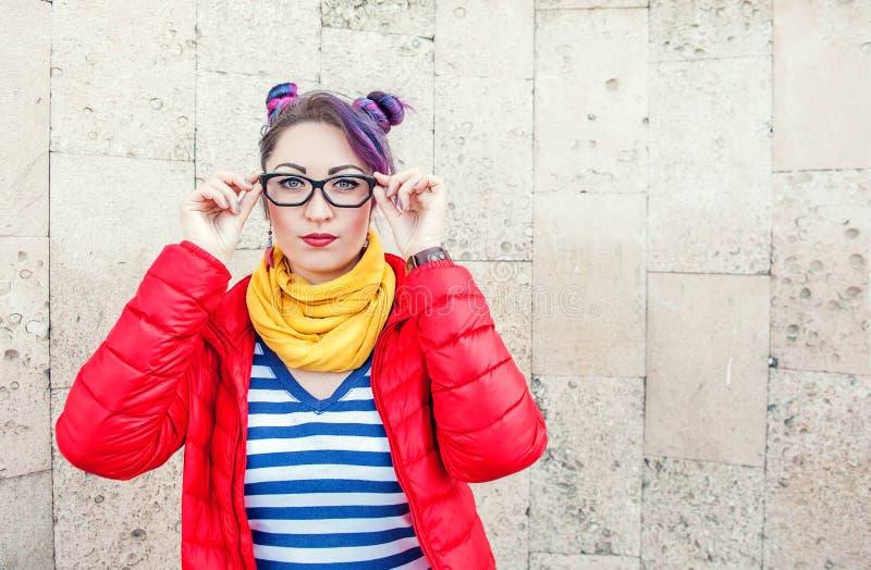 Jeune belle femme de hippie de mode avec les cheveux colorés photo stock