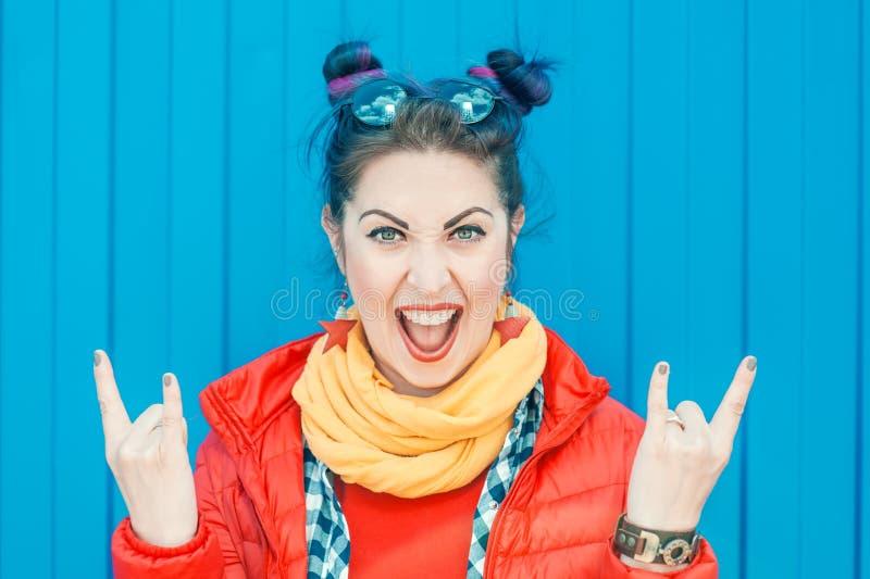 Jeune belle femme de hippie de mode avec les cheveux colorés photographie stock
