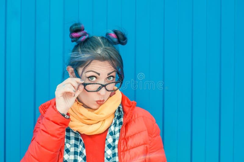Jeune belle femme de hippie de mode avec les cheveux colorés images stock