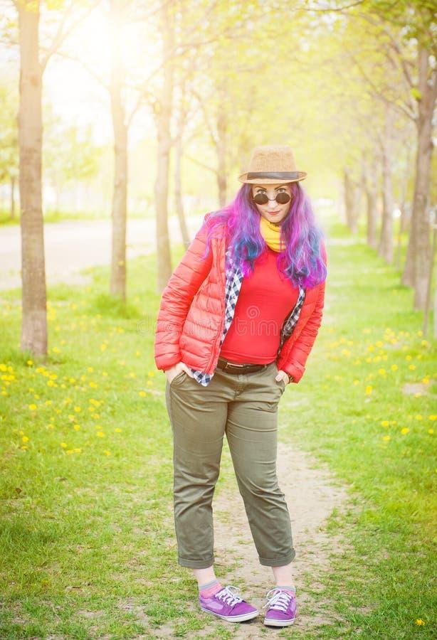 Jeune belle femme de hippie de mode avec les cheveux colorés photos libres de droits