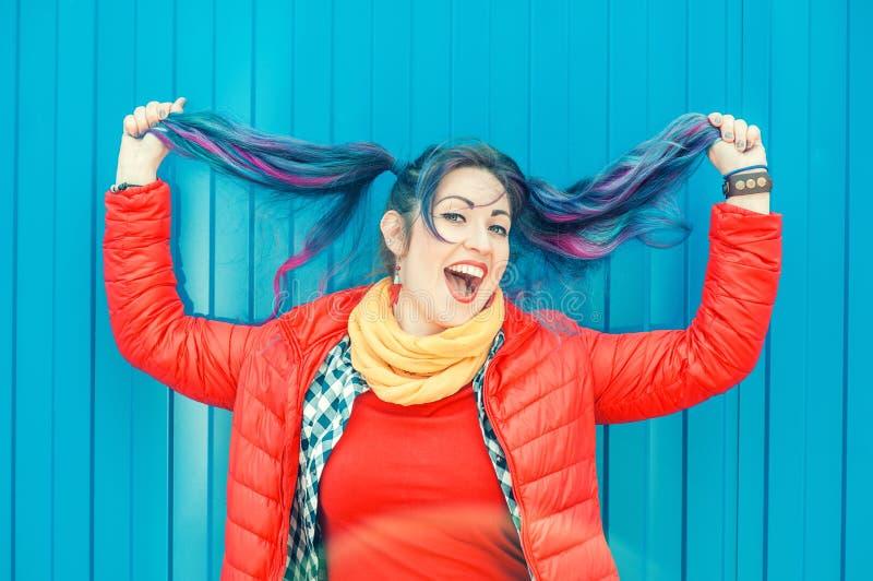 Jeune belle femme de hippie de mode avec les cheveux colorés ayant image libre de droits