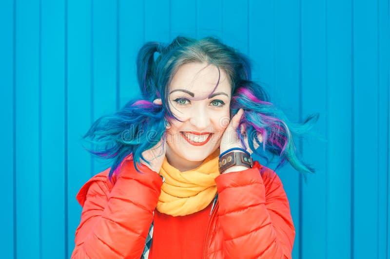 Jeune belle femme de hippie de mode avec les cheveux colorés ayant photos libres de droits