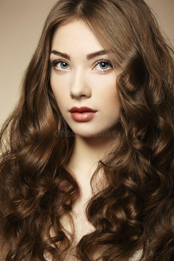 Jeune belle femme de portrait avec les cheveux bouclés images stock
