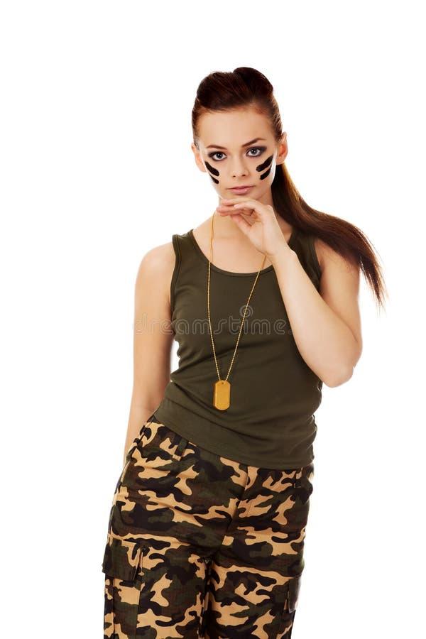 Jeune belle femme de soldat de brune photographie stock