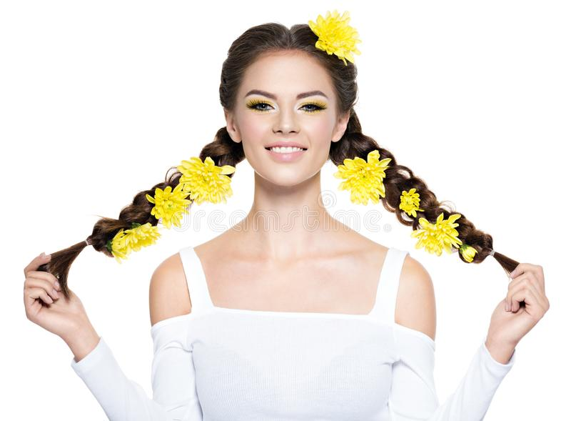 Jeune belle femme de sourire gaie avec de longs tresses photos stock