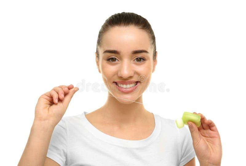 Jeune belle femme employant le fil dentaire photographie stock libre de droits