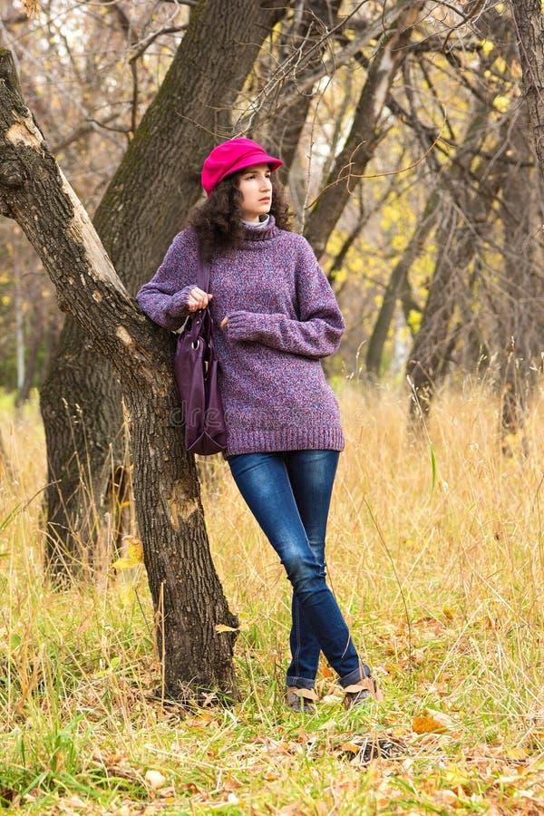 Jeune belle femme en parc de ville photographie stock libre de droits