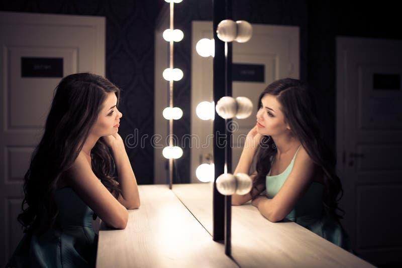 Jeune belle femme et réflexion dans le vestiaire photos libres de droits