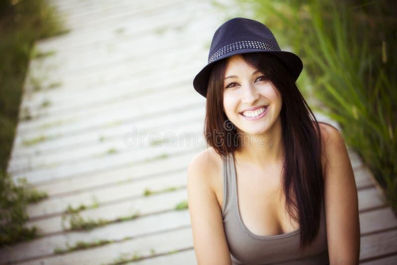Femme gaie avec le chapeau image stock