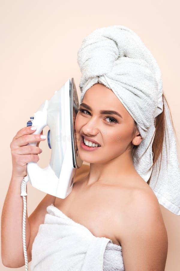 Jeune belle femme gaie sexy après la douche b blanc de port image stock