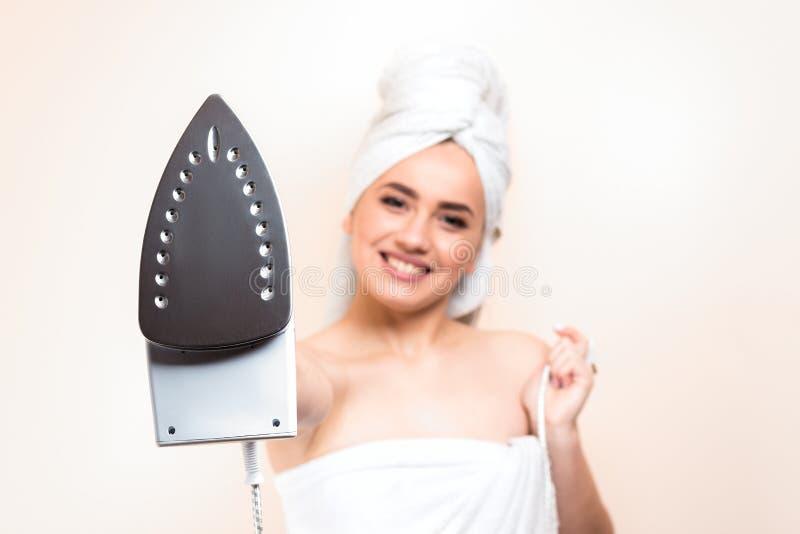 Jeune belle femme gaie sexy après la douche b blanc de port image libre de droits