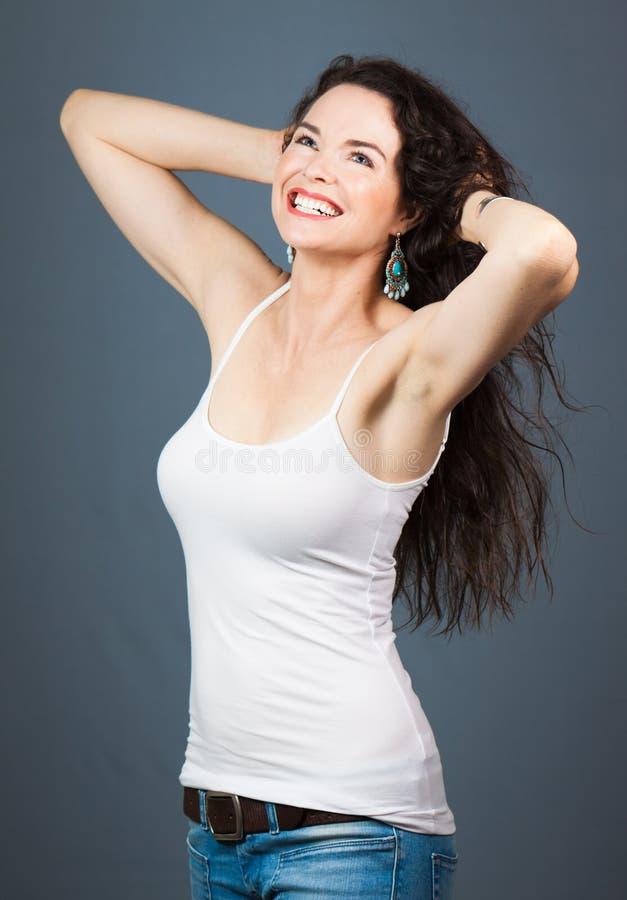 Jeune belle femme heureuse images stock