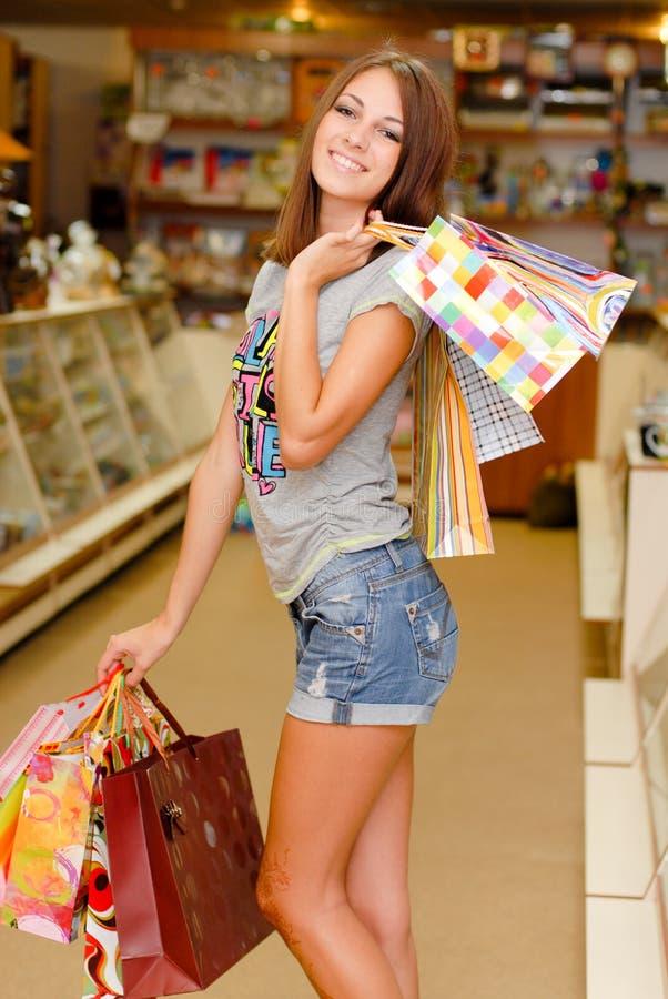 Jeune belle femme heureuse avec des sacs à provisions images libres de droits