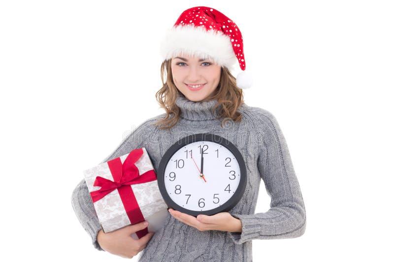 Jeune belle femme heureuse dans les vêtements d'hiver et le chapeau de Santa avec photographie stock libre de droits