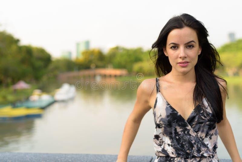 Jeune belle femme hispanique détendant en parc photo libre de droits