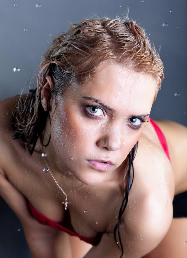 Jeune belle femme humide images stock