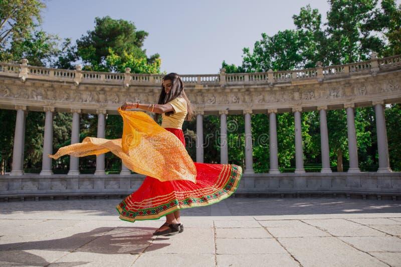 Jeune belle femme indienne traditionnelle dansant dehors photos stock