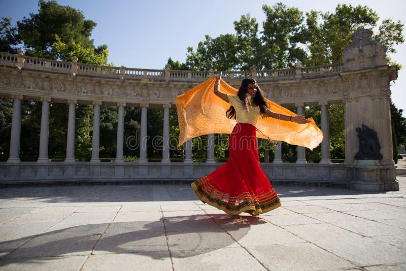 Jeune belle femme indienne traditionnelle dansant dehors photographie stock