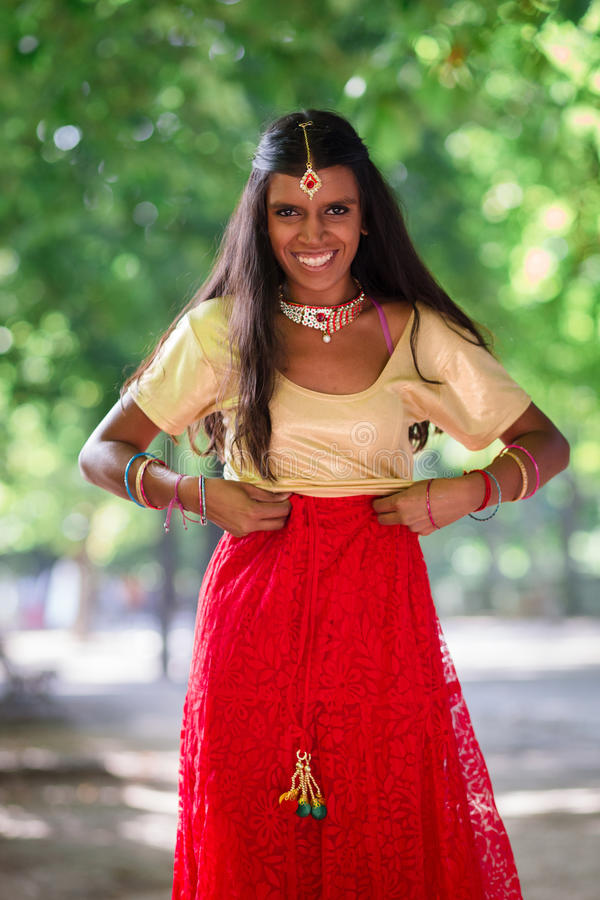 Jeune belle femme indienne traditionnelle dehors photo stock
