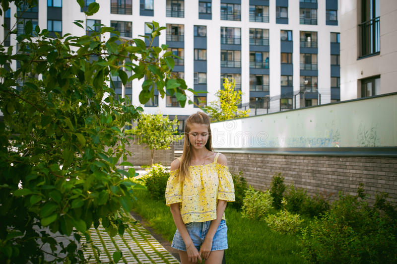 Jeune belle femme, jour ensoleillé d'été chaud image libre de droits