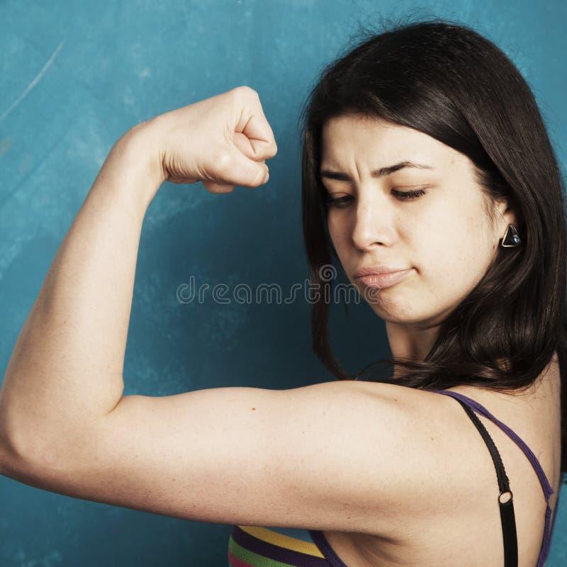 Jeune belle femme lui montrant de beaux bras comme symbole de image libre de droits
