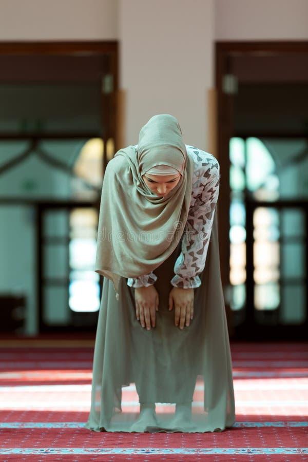 Jeune belle femme musulmane priant dans la mosquée image libre de droits