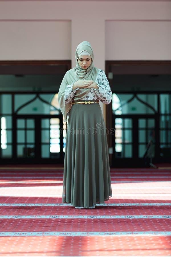 Jeune belle femme musulmane priant dans la mosquée images stock
