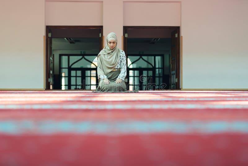 Jeune belle femme musulmane priant dans la mosquée image stock