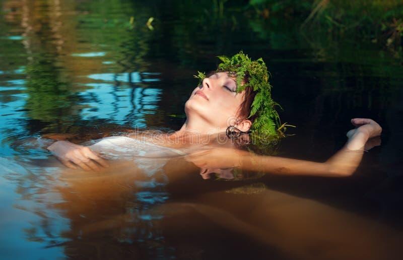 Jeune belle femme noyée se situant dans l'eau images libres de droits